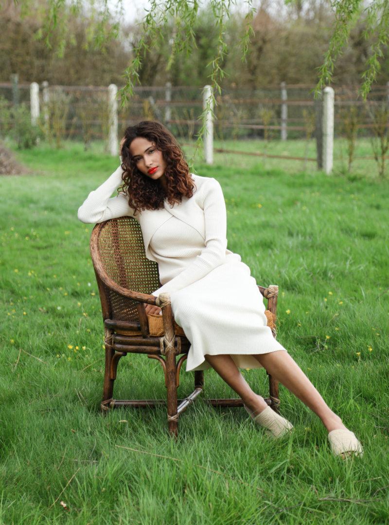 femme portant une robe beige envelope1976 sanna conscious concept