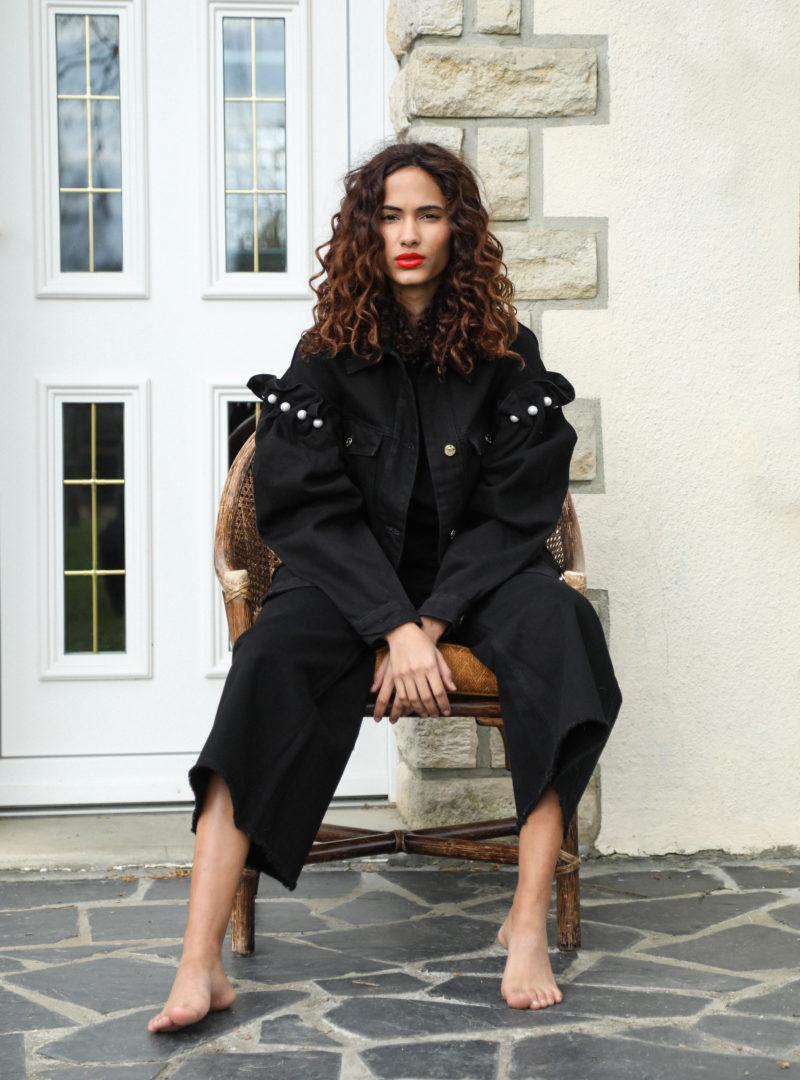 femme portant une veste noire et un pantalon noir mother of pearl sanna conscious concept
