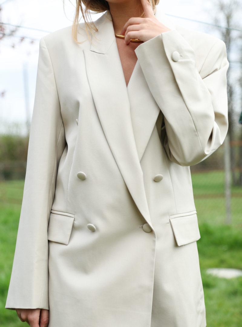 gros plan sur un blazer beige envelope1976 sanna conscious concept