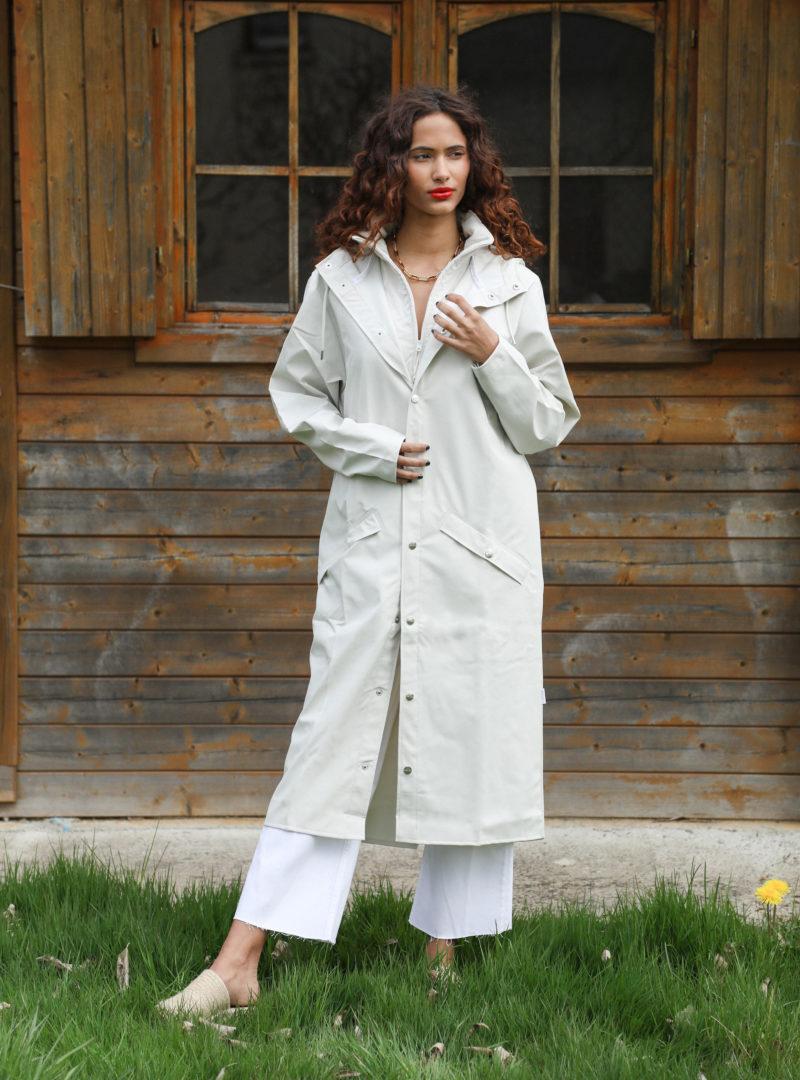 femme portant une longue veste blanche rains sanna conscious concept