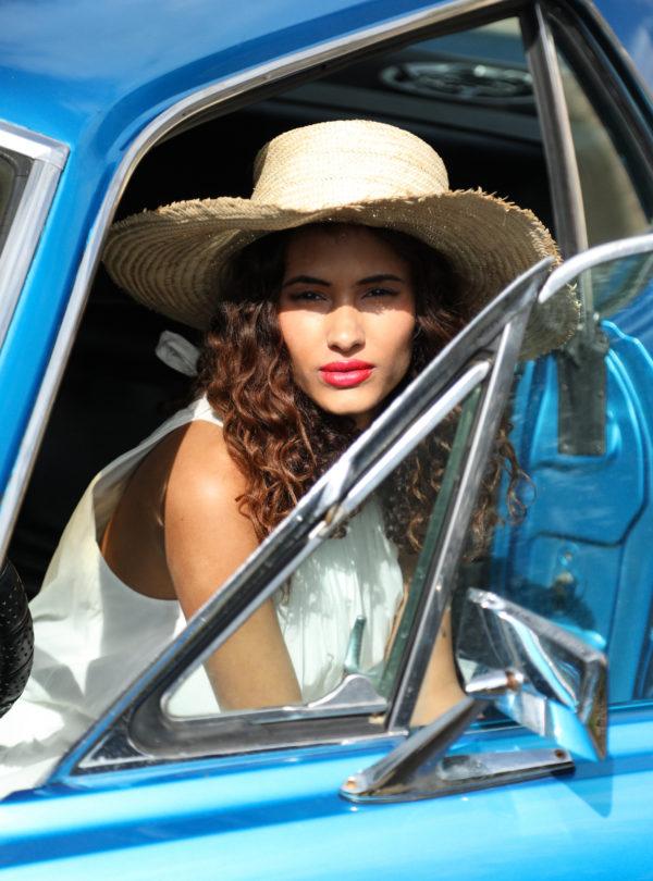 femme portant un chapeau et une robe blanche indego africa sanna conscious concept