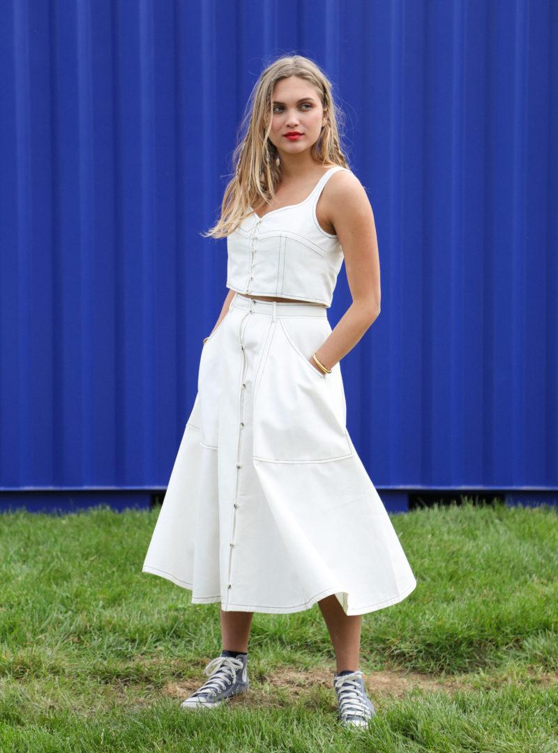 femme portant un débardeur blanc et une jupe blanche ohsevendays sanna conscious concept