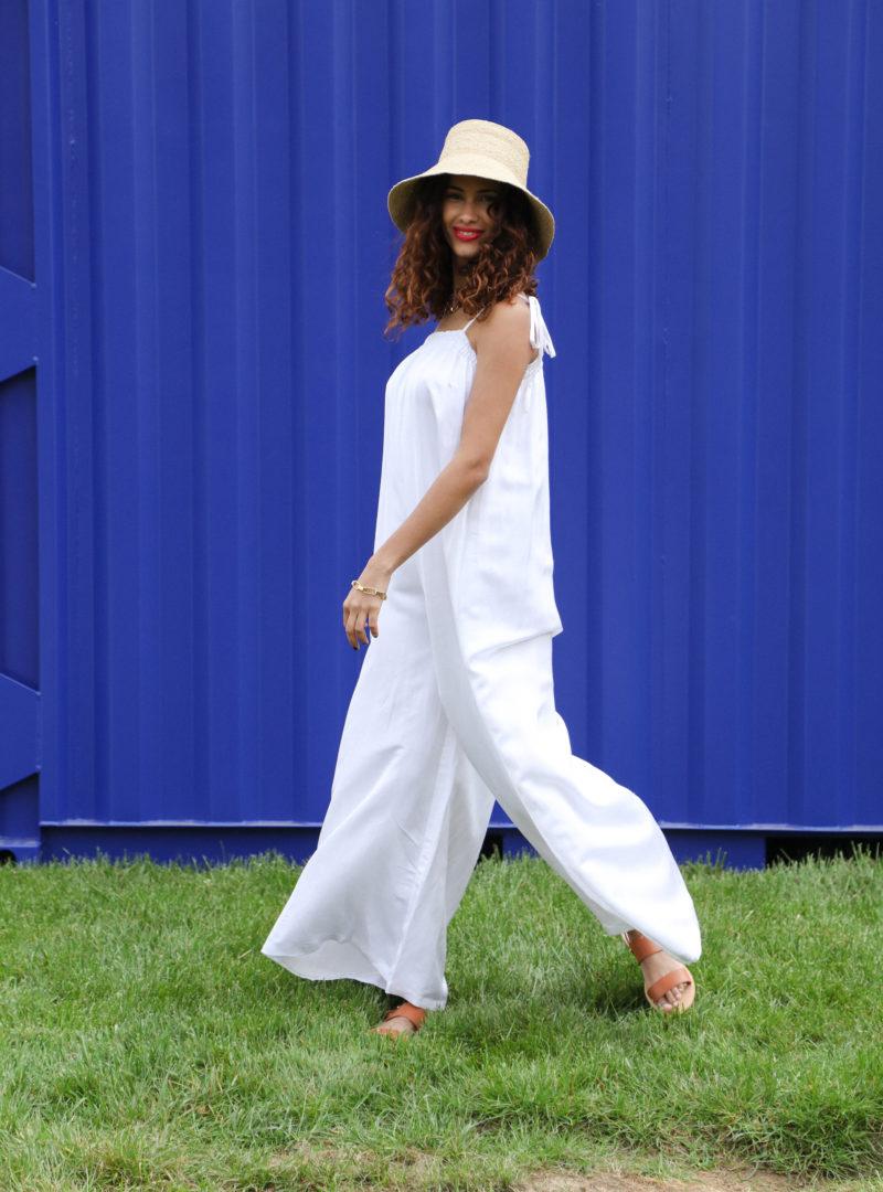 femme portant un chapeau avec une combinaison blanche ohsevendays sanna conscious concept