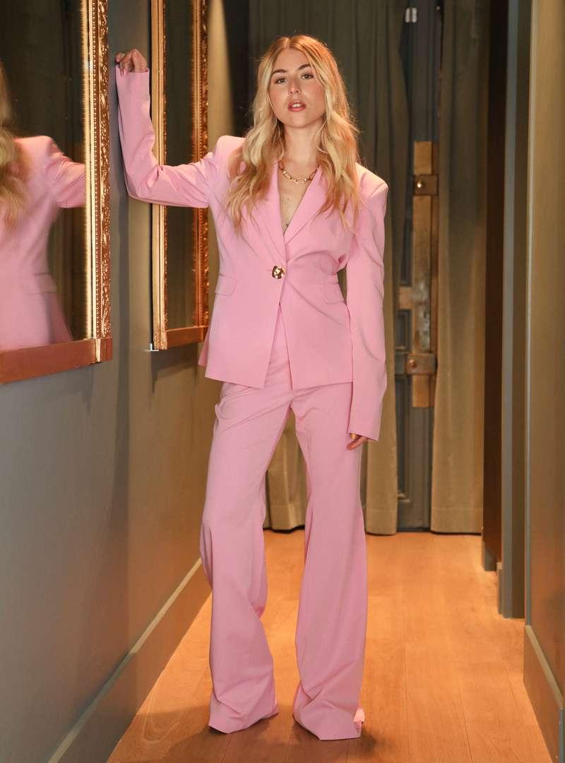 femme portant un ensemble tailleur rose bogdar sanna conscious concept