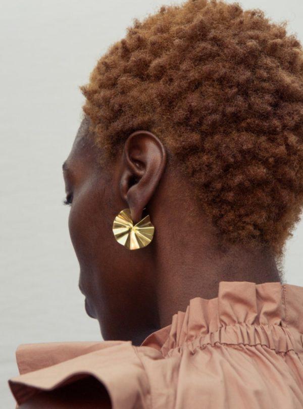 femme portant les bidu circle hoop boucles d'oreilles soko sanna conscious concept