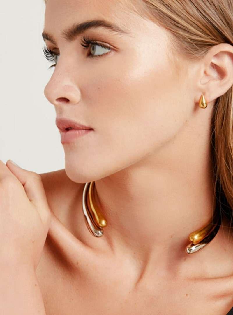femme portant le collier ras du cou dash hinge wrap soko sanna conscious concept
