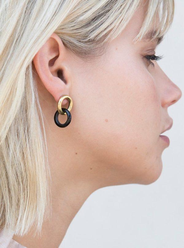 femme portant les boucles d'oreilles kumi en matériaux mixtes soko sanna conscious concept