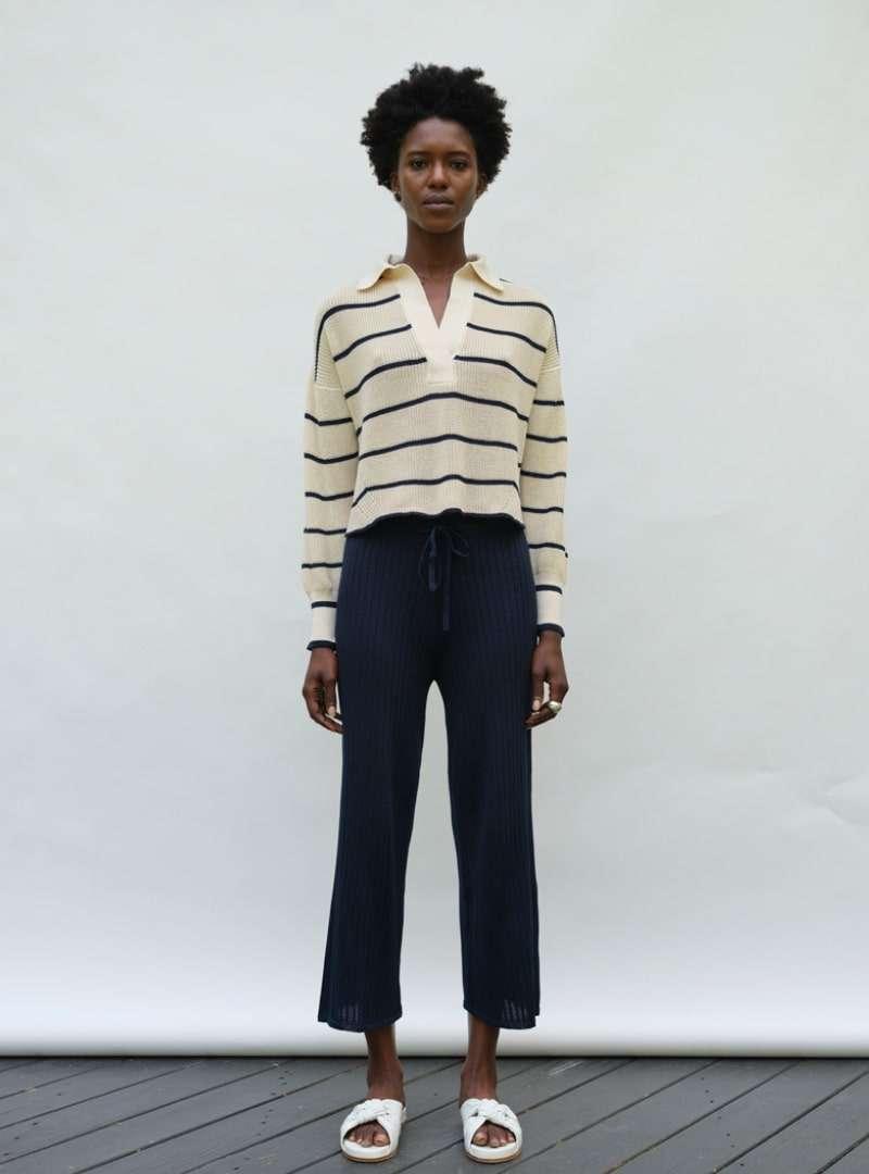 femme portant un pull à rayures eleven six sanna conscious concept