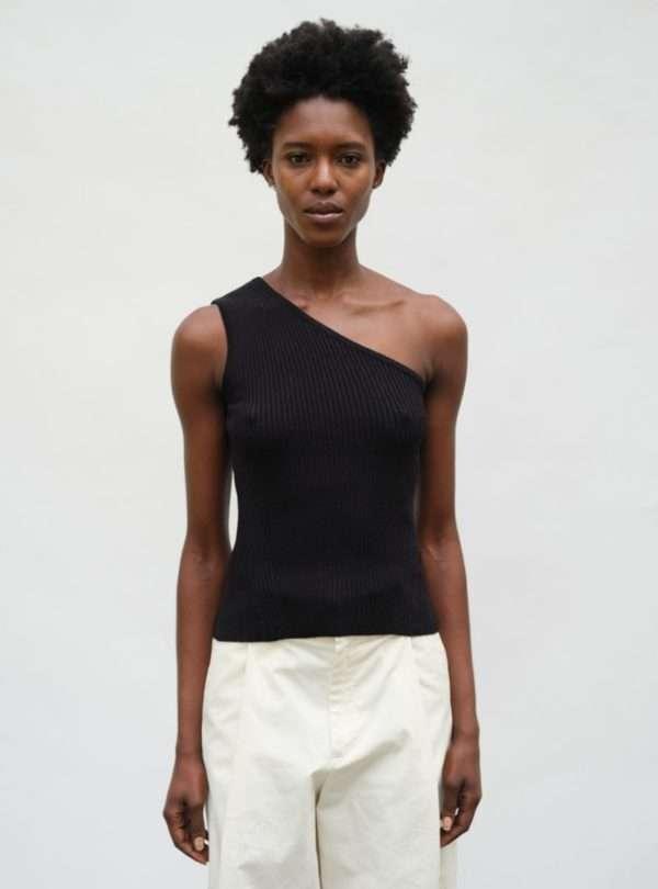 femme portant un débardeur noir eleven six sanna conscious concept