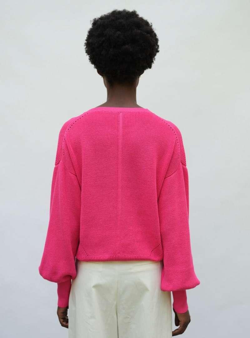 femme portant un pull fuchsia eleven six sanna conscious concept