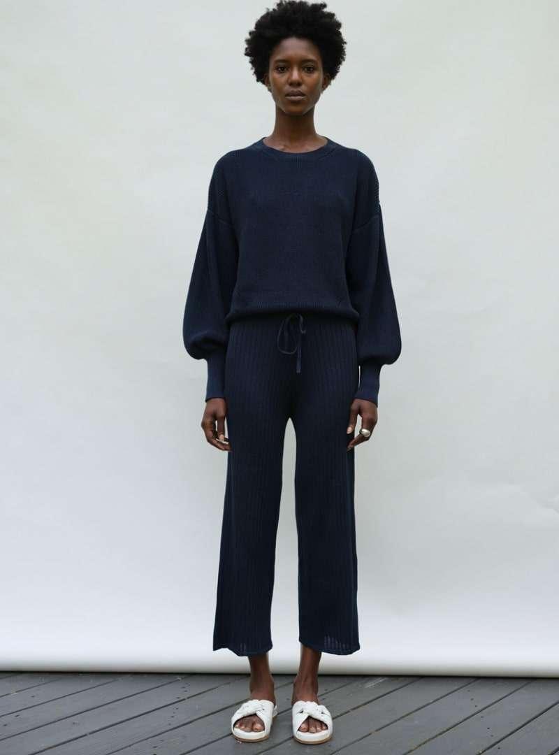 femme portant un pull bleu marine eleven six sanna conscious concept
