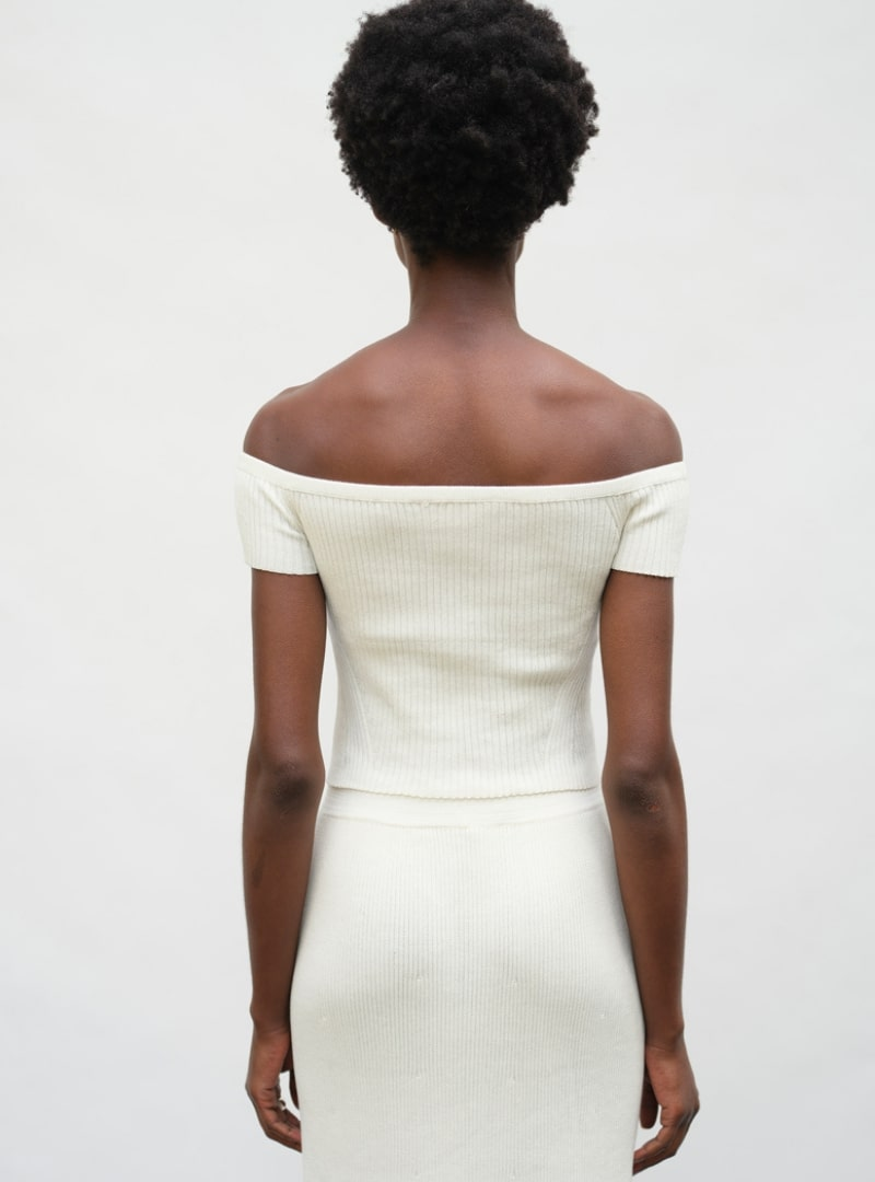 femme portant un haut blanc eleven six sanna conscious concept
