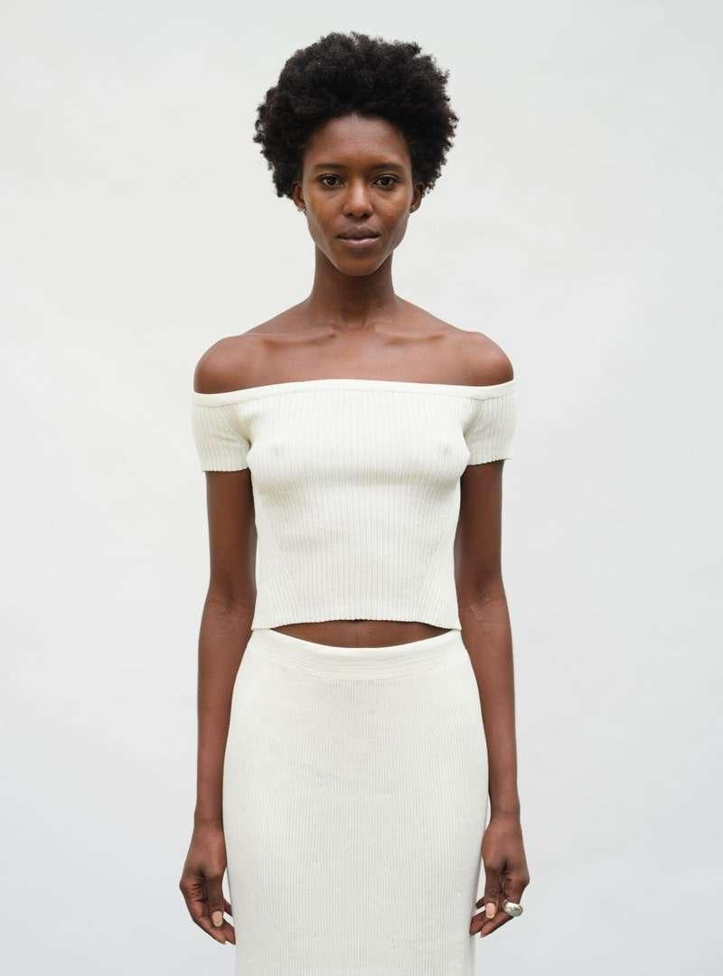 femme portant un haut blanc et une jupe blanche eleven six sanna conscious concept
