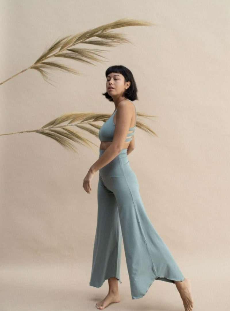 femme portant un ensemble vert sauge boxy crop et layla pantalon evase indigo luna sanna conscious concept