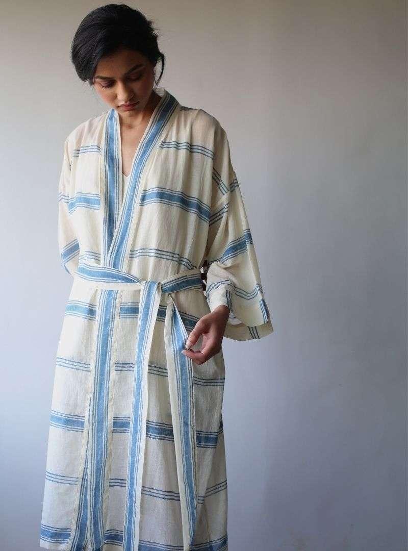 femme portant un kimono bleu et blanc the summer house sanna conscious concept