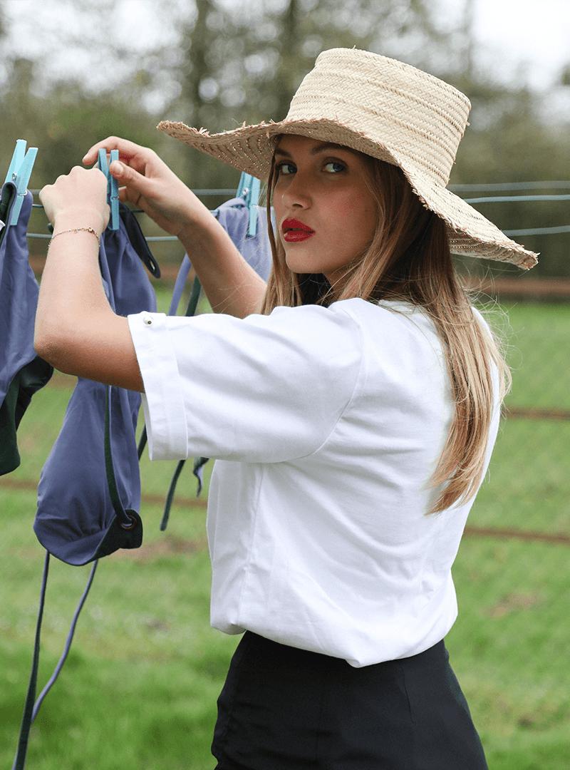 femme portant un chapeau un t-shirt blanc et une jupe noir mother of pearl sanna conscious concept