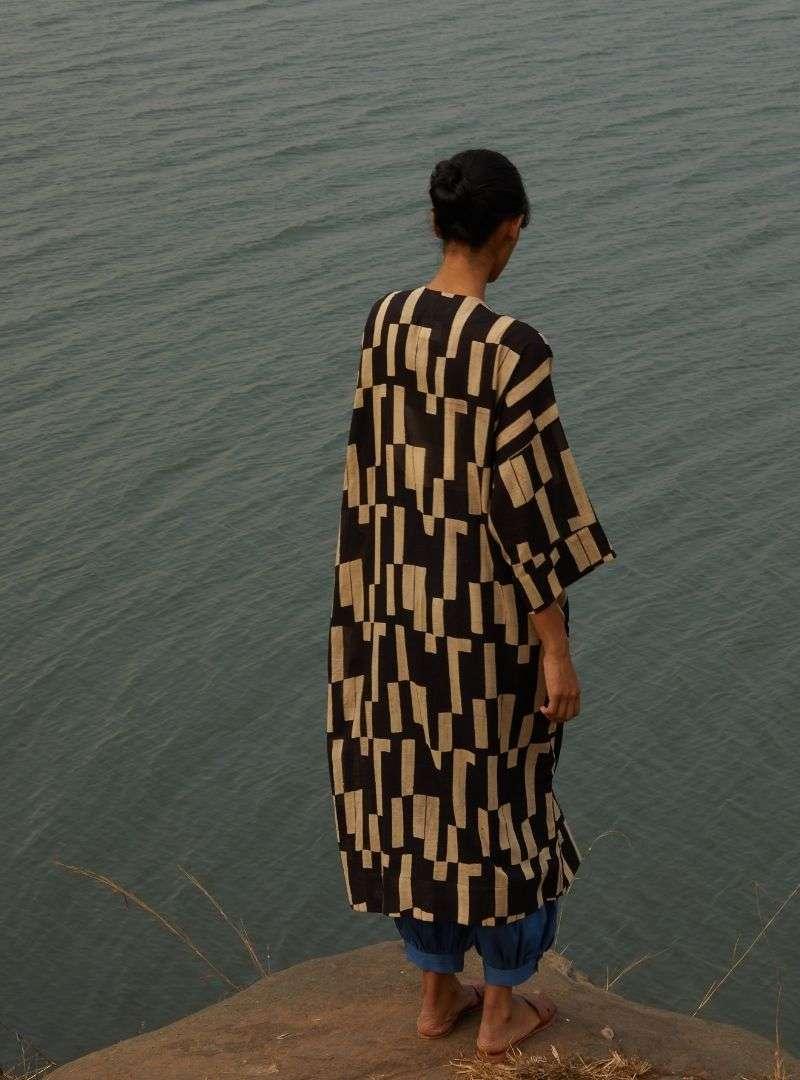 femme pourtant un kimono noir et beige the summer house sanna conscious concept
