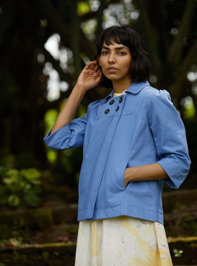femme portant une veste bleue the summer house sanna conscious concept