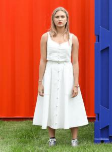femme portant un débardeur blanc et une jupe blanche ivy ohsevendays sanna conscious concept