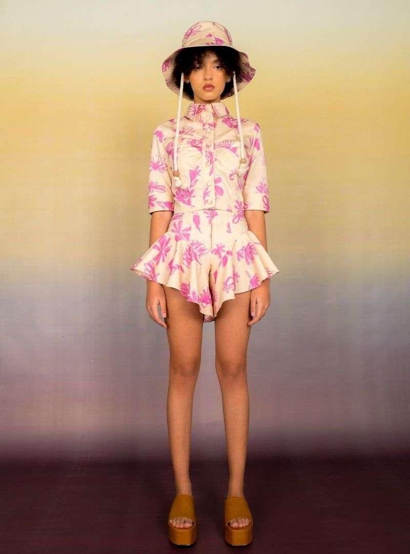 femme portant un ensemble veste et short fleuri en beige et rose bogdar sanna conscious concept
