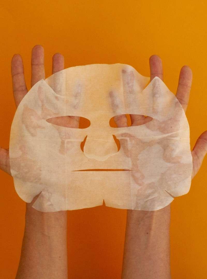 Hand holding Face Paper Mask Beauty Les Poulettes Sanna Conscious Concept