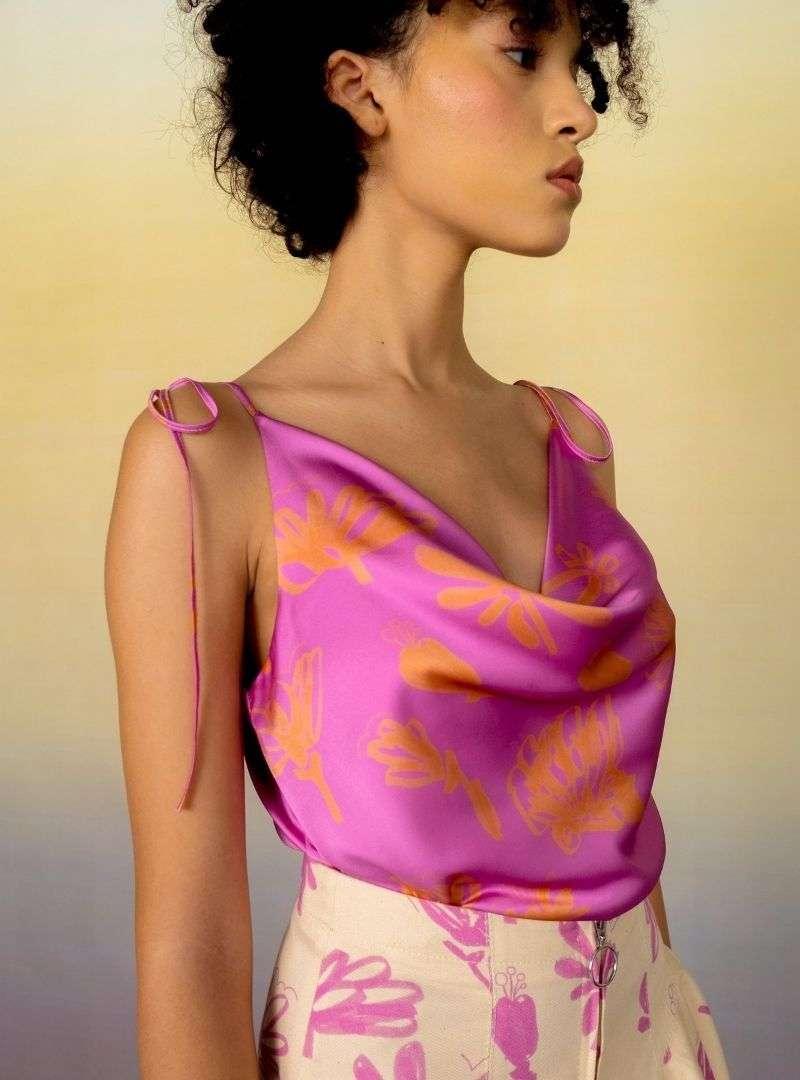 femme portant un haut en soie a col bénitier rose et orange bogdar sanna conscious concept