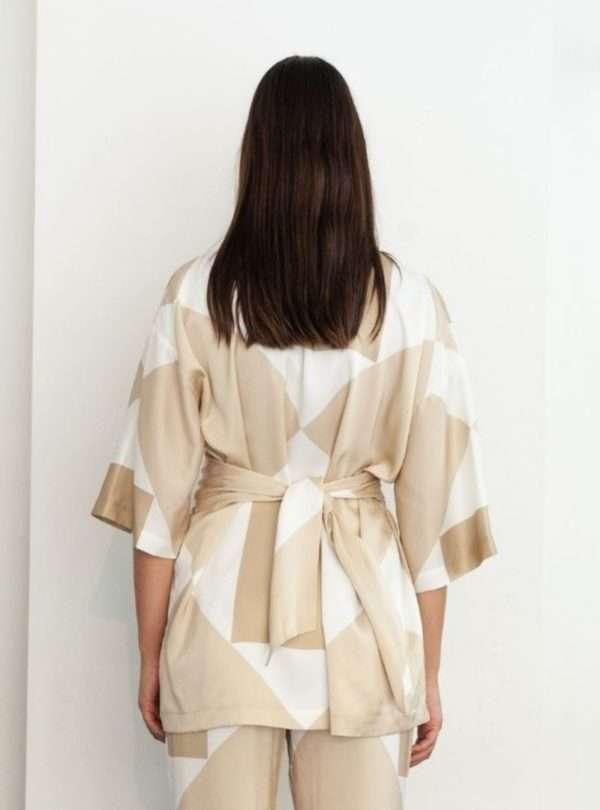 femme portant un kimono beige envelope1976 sanna conscious concept