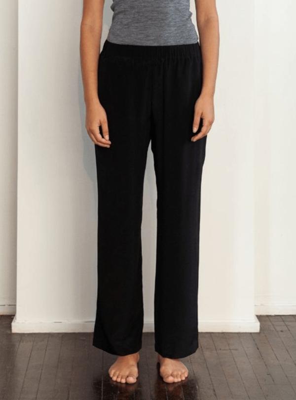 pantalon noir et t-shirt gris envelope1976 sanna conscious concept