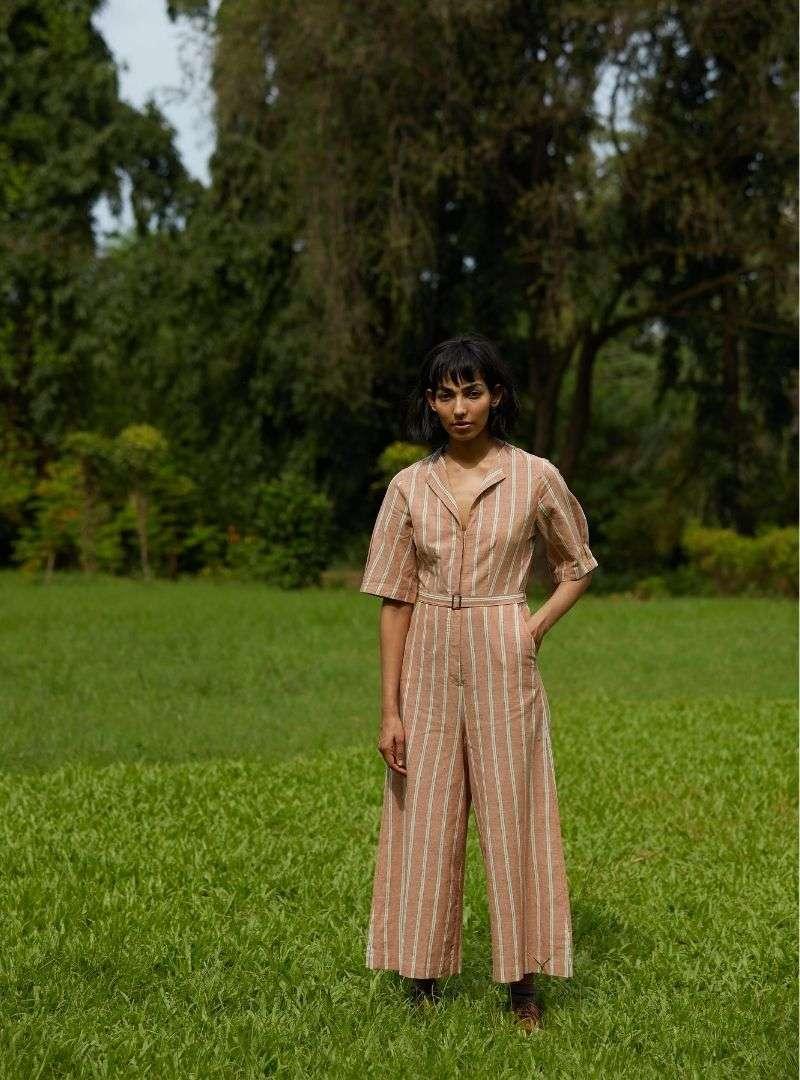 femme portant une combinaison marron avec des rayures blanches the summer house sanna conscious concept