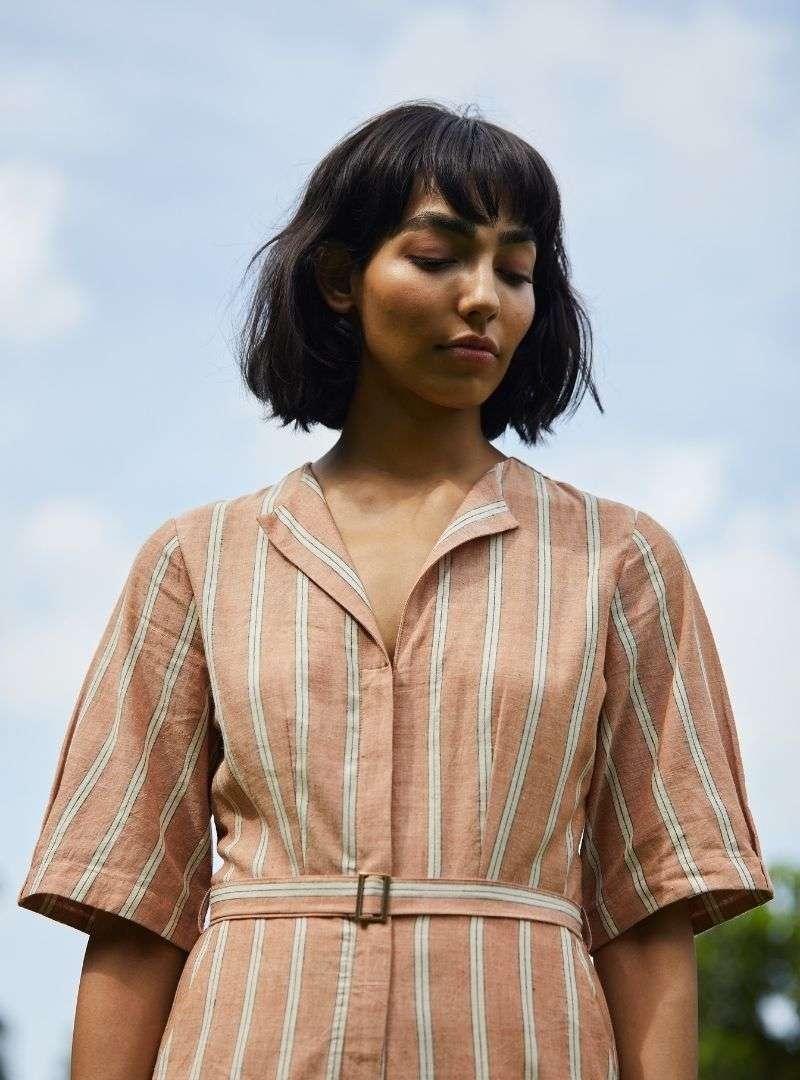 femme une combinaison marron avec des rayures blanches the summer house sanna conscious concept