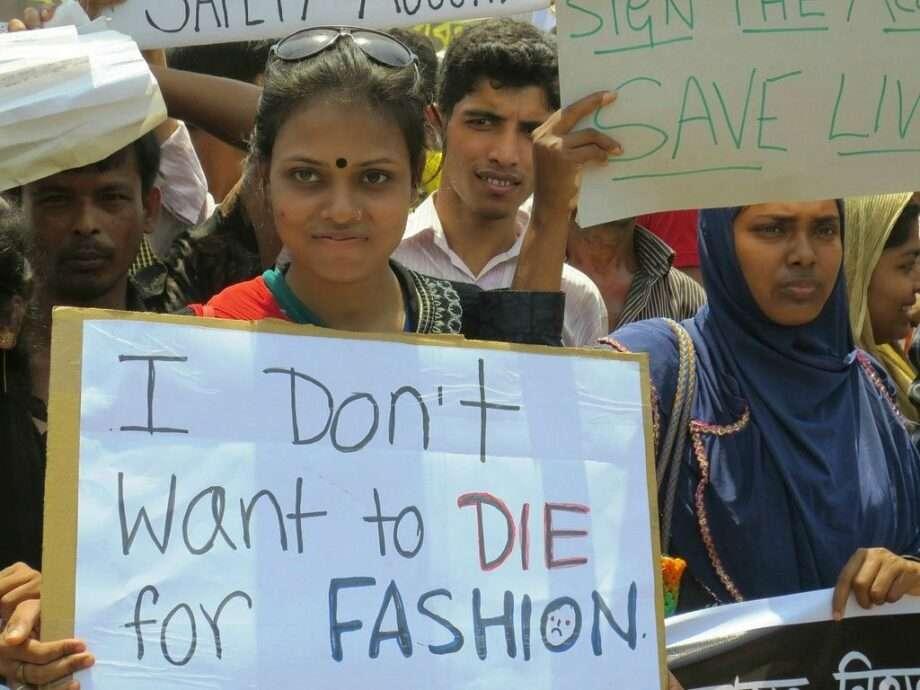 femmes tenant une pancarte i dont want to die for fashion pendant une manifestation archive les dessous de l'effondrement du rana plaza sanna conscious concept