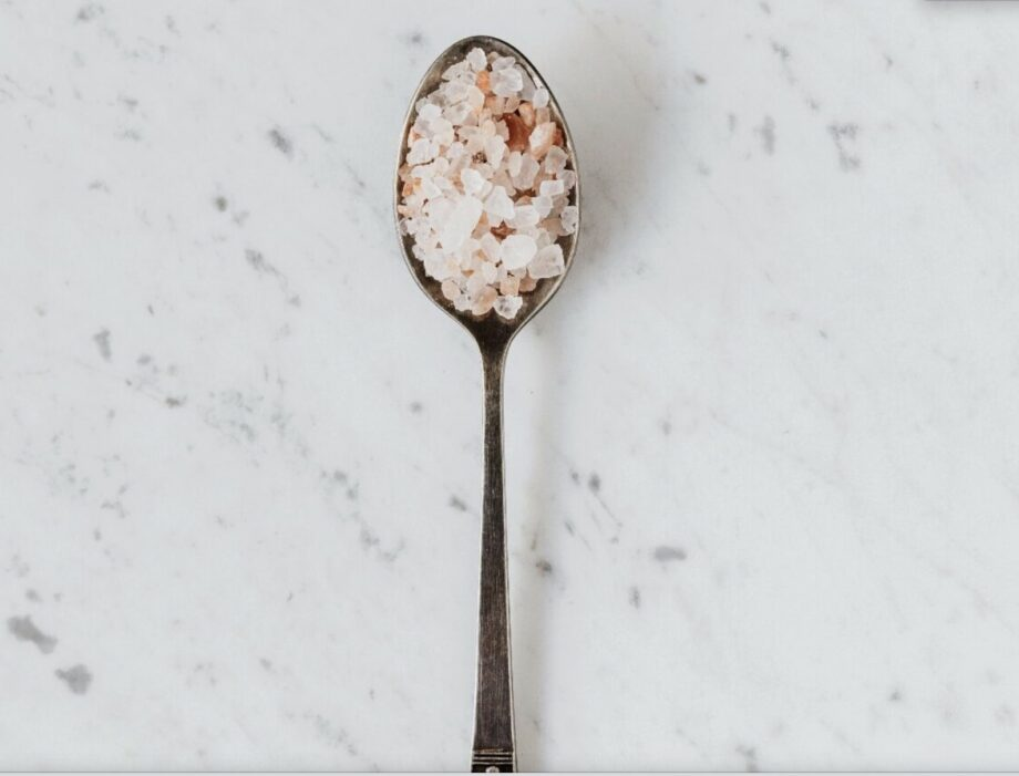 cuillère contenant du sel rose de l'himalaya pour l'archive sur le sel rose de l'himalaya sanna conscious concept