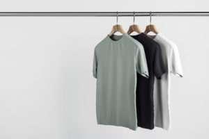 t-shirts accrochés sur des cintres sanna conscious concept