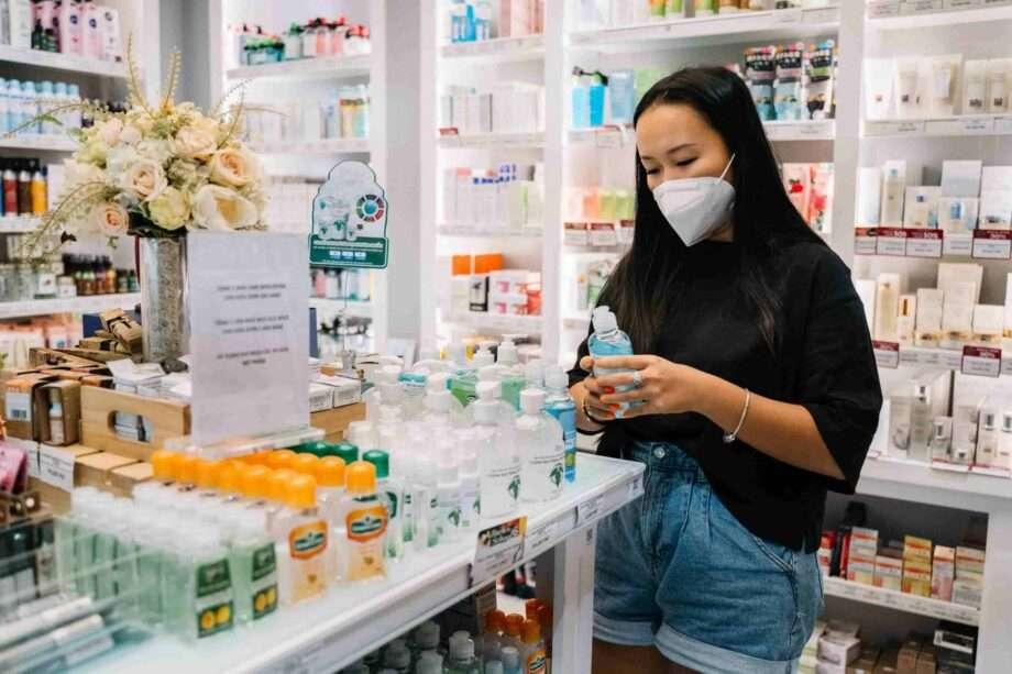 femme dans une pharmacie archive le gel hydroalcoolique est il toxic sanna conscious concept