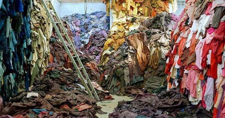 tonnes de vetements de differentes couleurs archive 4 manieres dont l'industrie de la mode nuit a l'environnement sanna conscious concept