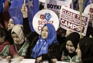 femmes manifestant pour les ouighours archive exemple de l'esclavage moderne dans l'industrie de la mode sanna conscious concept