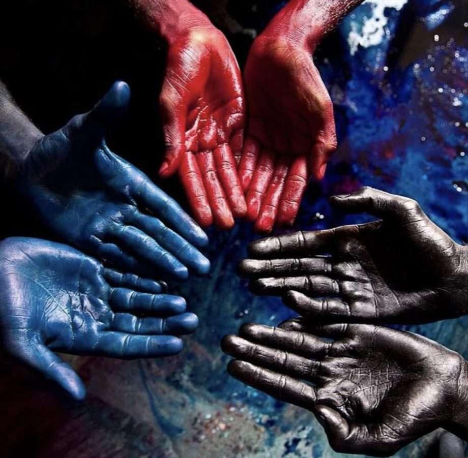 mains peintes en rouge bleu et noir archive 4 manières dont l'industrie de la mode nuit à l'environnement sanna conscious concept