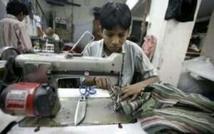 un enfant confectionnant des vetements archive exemple de l'esclavage moderne dans l'industrie de la mode sanna conscious concept