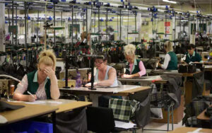 femmes travaillant dans une usine textile archive exemple de l'esclavage moderne dans l'industrie de la mode sanna conscious concept