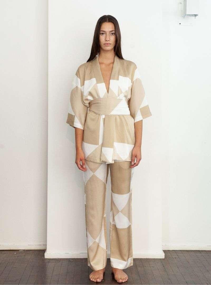femme portant un ensemble beige et blanc en soie kusi kimono vehi pants sanna conscious concept