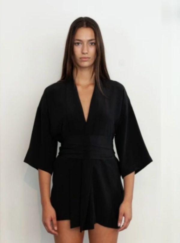 femme portant un kimono noir kusi de chez envelope1976 sanna conscious concept