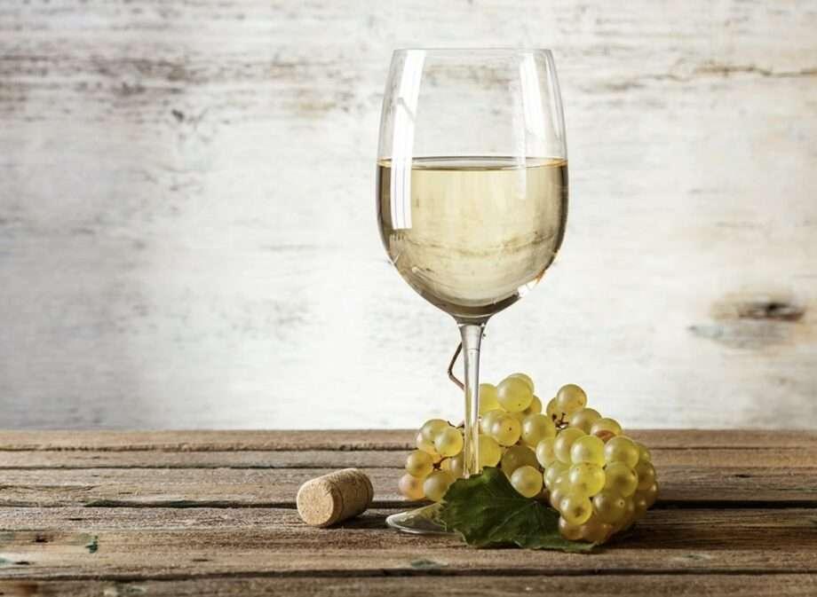 verre de vin blanc et raisins archive 10 vins naturels et biologiques sanna conscious concept