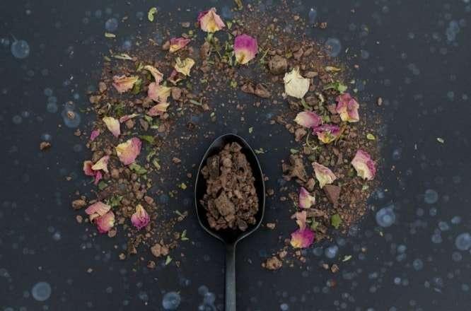 cuillere contenant du cacao avec de la poudre de cacao autour archive ceremonie du cacao sanna conscious concept